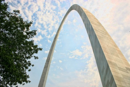 St Louis Gateway Arch, 192m visoki metalni luk, najveći luk na svijetu,  najviši spomenik u SAD-u i najveća građevina u St Louisu. Spomenik je u čast širenja SAD-a zapadno od Mississippija.